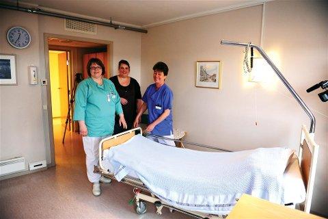 Står klare: Sykepleier Ragnhild Lien (fra venstre), avdelingssykepleier Elisabeth Sandstad og hjelpepleier Anne Kristin Tomelthy står klare til å ta imot pasienter i den kommunale senga. (Foto: Bjørn A. Hansen)