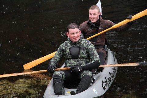 I DYKKEKAJAKK: Alexander Førde og Roy Kristiansen trossar regn og kulde, her er dei i dykkekajakk.