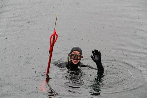 MIDDAGSJAKT: Martin Kleven er klar for å dykka etter middagen. Fisken fangast med harpun.