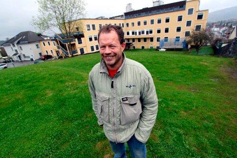 Det er historisk sus over den gamle hagen bak tidligere St. Joseph hospital. Hans Petter Frøland skal arrangere ettermiddagskonserter i det grønne hver lørdag fram til midten av august. Scenen står helt nederst mot veggen.