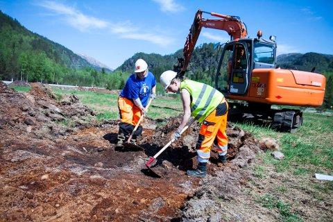 SJAKT: Her har gravemaskinførar Thomas Håvardstun laga ei sjakt som  feltarkeologane Tina Jensen Granados og Solveig Roti Dal kan undersøka nærare. Heile jordet skal til slutt vera dekka.