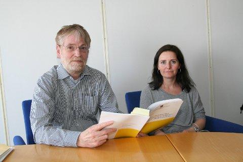 JOBBER MED SAKEN: Helge Roald og Inger Andreassen i Nav Vadsø forteller at det jobbes med å oppfylle  kravene i introduksjonsloven.