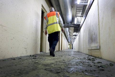 Bak en tykk, låst dør i Sydnestunnelen skjuler det seg flere rom og en lang, smal gang som leder helt bort til Johanneskirken.