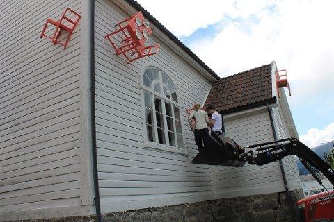Bedehuset i Balestrand får ei litt uvanleg utsmykking i desse dagar.