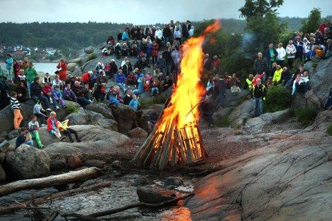 Stemningsfullt: Barn og voksne samlet seg rundt sankthansbålet, som bidro til sommerstemning og kanskje var kveldens høydepunkt. (Foto: Myrth Andresen)