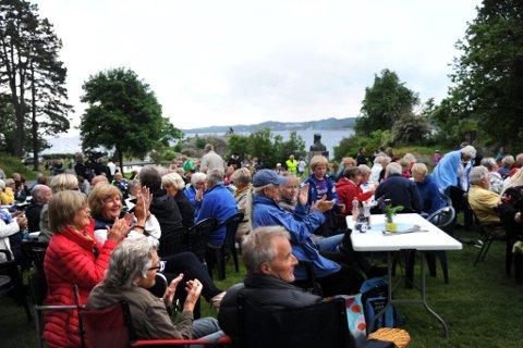 Koste seg: Barn og voksne feiret søndag Sankthansaften på Tollerodden, og gjorde feiringen til en eneste stor idyllisk familiefest. (Foto: Vårin Alme)