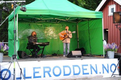 Sommermusikk: Olav Stedje og Egil Eldøen fylte Tollerodden med munter og sommerlig musikk, og birdo til en livlig atmosfære søndag kveld. (Foto: Vårin Alme)