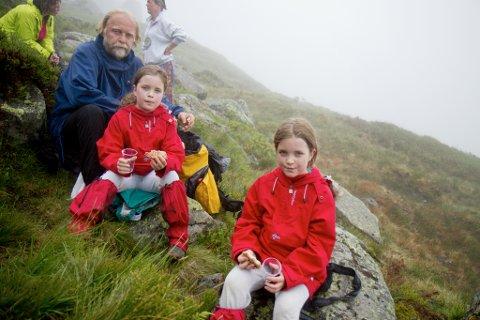 Sara og Marie Grønnevik fekk seg ein velfortent matbit i skaret på veg opp på Storehesten. Her saman med pappa Ove Myrmel.