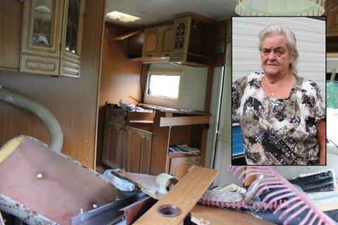 Helt vandalisert: Både utsiden og innsiden av flere campingvogner på Nordkvelde camping er rasert. Berit Ørbeck (innfelt) håper noen kan bidra med tips i saken.