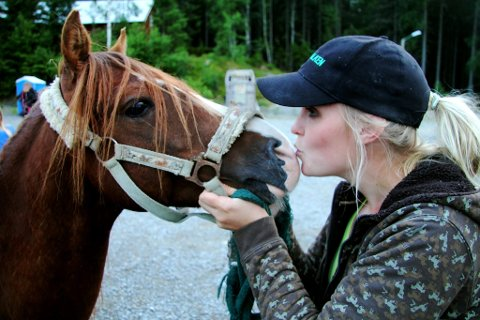 KONTAKT: Line Charlotte Brodahl beroliger Palang (5) når fotografen blir for innpåsliten med kameraet sitt. Ikke nok med at Palang, en kaspisk hest, tilhører én av verdens eldste hesteraser, han bor og arbeider på Krogsrud gård og hestesenter ved Sigernessjøen. Han og alle de andre hestene er med på rideleir for barn i hele sommer.