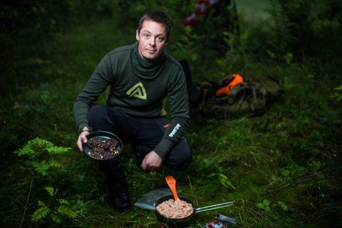 UTEMAT: Thomas Pedersen tilbreder ørret med ris i oslomarka. Han skal tilbrede maten under den seks ukers lange ekspedisjonen i Canada.