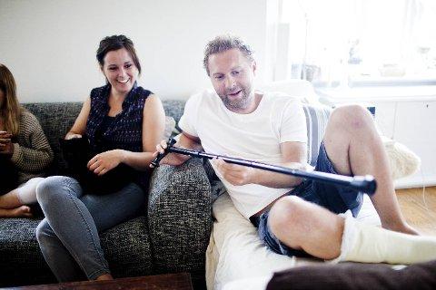 Asgeir Svardal viser frem stokken han har kjøpt for anledningen og som sikkert må brukes i bryllupet. Den kommende bruden, Jannicke Larsen ler godt av hele situasjonen.