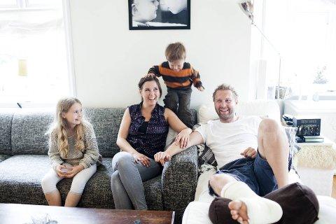 Jannicke Larsen og Asgeir Svardal har vært maks uheldige i tiden før bryllupet sitt i august. I huset deres på Søreide er det likevel mye latter og høyt aktivitetsnivå. Sarah (snart 9) og Filip (3) synes det er morsomt at pappaen har gipset fot.