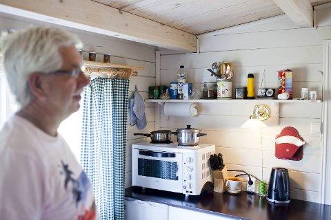 Olav og Randi Hatlem fra Fedje har funnet lykken i Fusa, med god plass i spikerteltet. Her fra kjøkkendelen.