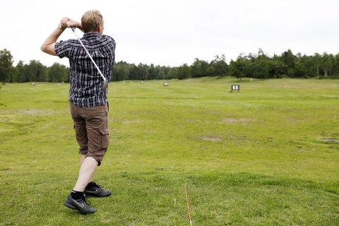 Fullfør svingen: ØP tok turen til Larvik Golfbane for å få nybegynnertips av Henrik Bjørelind. Et av punktene han trekker frem er å fullføre svingen etter slaget slik undertegnede tilsynelatende gjør her. (Foto: Caroline Omlid)
