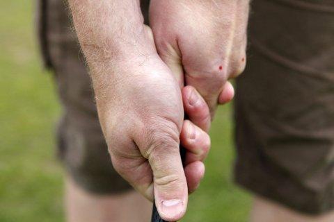 Grepet: Venstre hånd øverst når man spiller fra høyre. De to røde prikkene viser knokene som skal være synlige for spilleren. Venstre tommel skal dekkes.