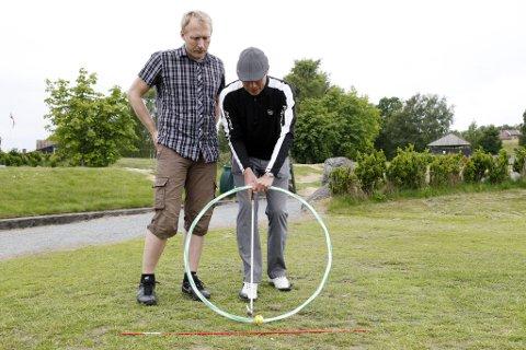 Instruksjon: Bjørelind bruker en rockering for å illustrere sirkelbevegelsen kølla skal ha når ballen slås.