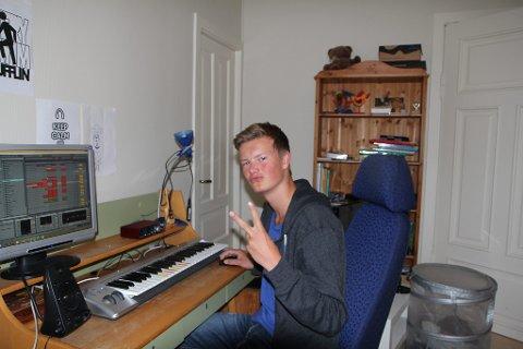 """Ola brukar eit keyboard og programmet """"Abelton"""" for å produsere musikk."""