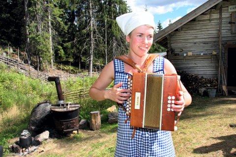TRADISJONER: Guro Gjerstadberget bød på både toraderspill og ekte lokking. Den ene kulokken var etter Karoline Bergseth fra Austvatn, som sang inn et NRK-opptak på 50-tallet.