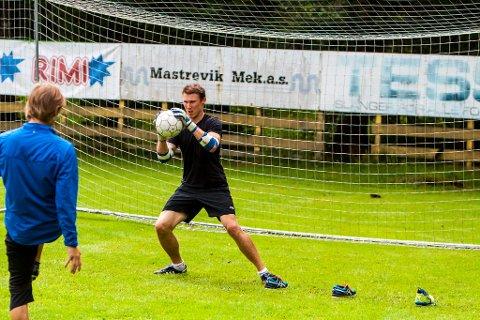 SKOT: Norebø hjelper Fredrikson med å få ballkjensla igjen, etter lang tid på sidelinja.