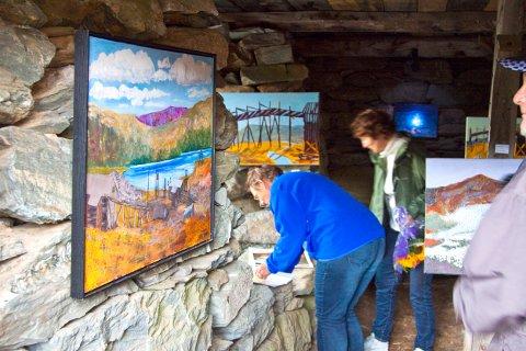 Maleren og grunneier på området, Toril Kojan, holdt salgsutstilling med bilder fra Sextus i den nylig restaurerte stallen.