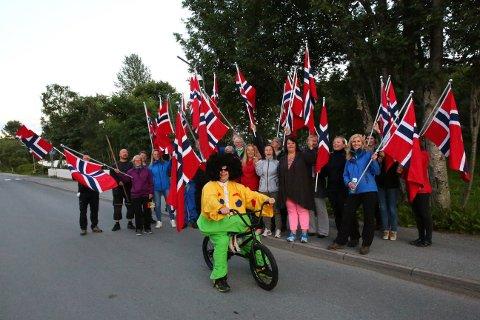 Flirfulle gravdalsværinger var torsdag kveld på plass i Gravdal sentrum. Med lokal maskot og norske flagg skal de hilse Thor Hushovd og gjengen velkommen når de suser innom på fredag.