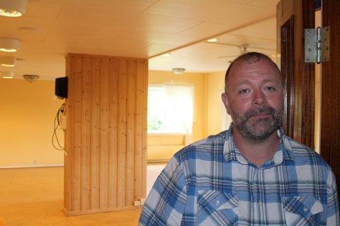 DUGNAD: Det skal fjernes noen lettvegger og males før klasserommene på Myrvoldheimen er klare. Geir Arne Framaas gleder seg over egne lokaler for Solør Montessori.