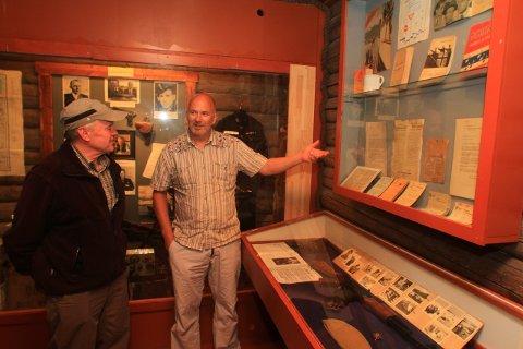 Herbert Kowatsch fra Tyskland sier krigshistorien fra Nord-Norge er lite kjent i hans hjemland. Even Blomkvist viser her monteren der hans spesielle Kalashnikov er plassert.