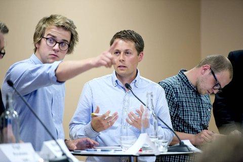 (Venstre) Mathias Fischer (V) lovde de oppmøte på debatten at deres parti ville ta ansvar for den jobben som ikke har blitt gjort. Her med Tor André Ljosland (KrF).