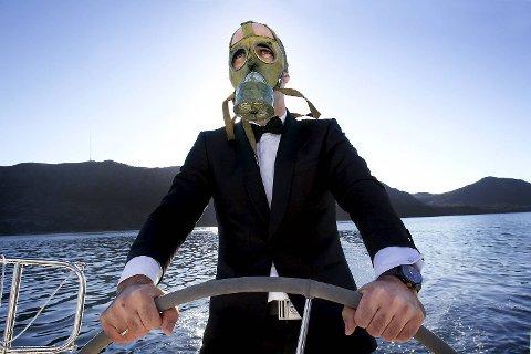 I 2012 møtte BA bergenseren Helge Risa ombord i seilbåten sin. Den kristne trebarnsfaren gjemmer seg normalt bak en maske på scenen.