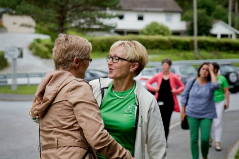 Liv Signe Navarsete hadde gode nyheiter då ho trefte Hilde Bjørkun på Sunnfjord museum i dag.