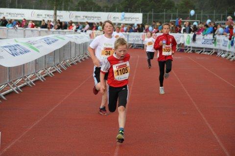 I MÅL: Tarjei Wilkensen (8) kjemper hardt for å koma seg i mål.