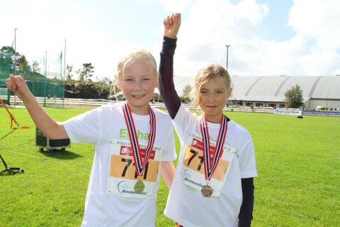 HURRA: Kaisa Johnsen (10) og Maria Langhelle (10) jubler høgt.