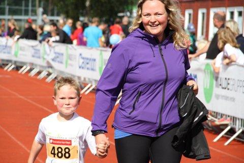 FULL FART: Martin Nordanger Lekva (6) sprang saman med mamma, Marie.