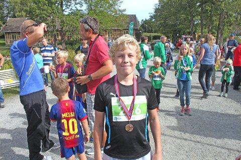 Sander Linus Fiske fra Ås, med det synlige beviser på at han var raskest i klassen for gutter 13-14 år.