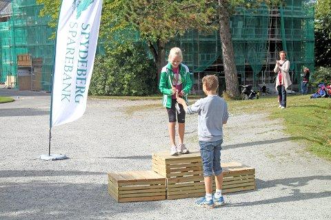 Eline Skjevdal fra Ås mottar førstepremie for jenter 10 år-klassen, som løp en løype på 2,5 km.
