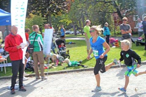 Ås Avis ble utfordret av friidrettsgruppa til Ås IL om å stille i Årungen rundt. Journalist Monika Risnes sa på forhånd at hun håpet på en tid under en time. Her går hun i mål og klokka har så vidt passert 57 minutter.