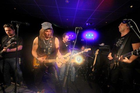 Blått & Rått er klar med ny plate og releaskonserter i Salangen og på Finnsnes. Ulf Lundellgitarist Janne Bark ( til høyre) har produsert og spiller på den nye plata.