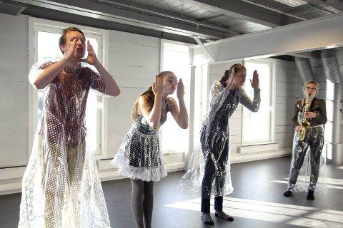 (Fra venstre) Steffen Tolo (18), Andrea Tiller (18), Emily Servoss (19) og Hanne Søreide Haugen (16) er med fra Vestlandske teatersenter. De skal fremføre et utrdrag fra «Ofelia» under åpningen.
