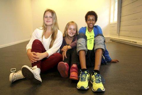 (Fra venstre) Celia Solend (13), Vera Østybye Lysnes (10) og Sadjuka Sarr (15) øvde på stykket «Gatenes Helter».