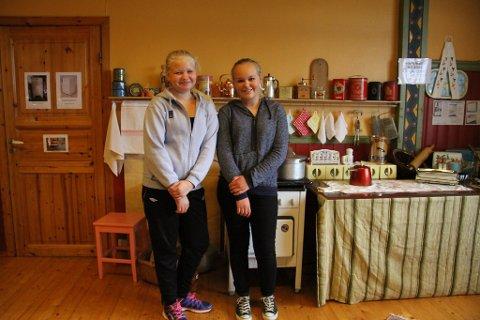 DET VAR ANNLEIS FØR: Kristin Vågenes (12) og Cecilie Røyseth (12), som går i 7. klasse på Manger skule, synest det var spennande å sjå utstillinga «Gryta hennar mor». ? Det var nok litt meir vanskeleg å leva på den tida, meiner Cecilie.