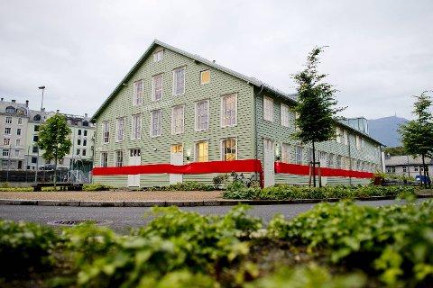 Det nye teateret på Marineholmen  var kledd i rødt bånd for anledningen.