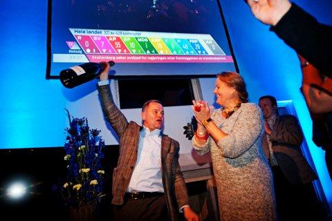 Opplandstoppene i Høyre klare til å sprette champagnes på valgvake i Ringsvegutua..