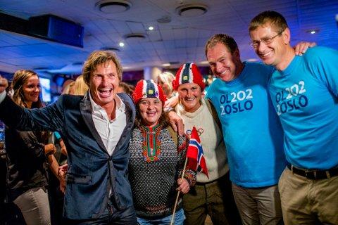 Hotellkongen Petter Stordalen (t.v.) og generalsekretær Inge Andersen (nr. 3 fra venstre) jubler over at et knapt flertall av oslovelgerne sier ja til OL i Oslo.