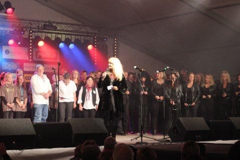 KONFERANSIER: Hanne Krogh ledet korslaget, etter at hun først hadde ledet en avdeling med allsang. Her har hun alle korene med seg på scenen.