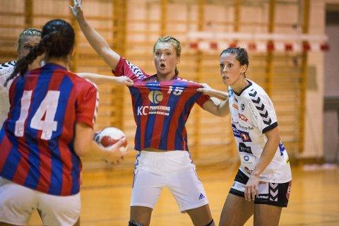 Godt tak: Marianne Iversen (t.h) og Flint fikk skikkelig tak på Fram og Vilde Johansen etter pause i gårsdagens cupkamp i Framhallen.