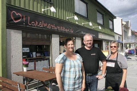 ØKNING: Hilde Sveli og innehaverne av Lokalmatbutikken i Brønnøysund Johnny og Judith Lorentzen har merket hurtigrutens økte liggetid i byen. (Foto: Hildegunn Tjøsvoll)