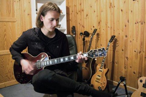 Gitarsolo: Alex Perry legger inn en ny rå gitarsolo som ikke finnes på den første versjonen av låten.