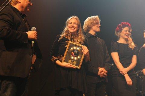 Hanne Vatnøy og bandet fekk stor applaus då Jørn Hoel ropte dei opp på scena som vinnarar.