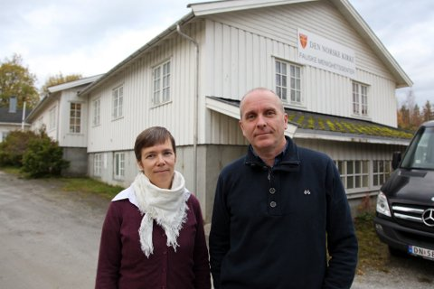 Vikarprest Lisbeth Gieselmann og prost Gunnar Bråthen ber de som nasker penger på Fauske menighetssenter om å finne seg en annen hobby